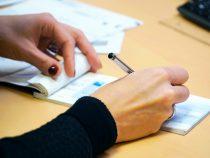 Banca trattaria, presentazione all'incasso di un assegno bancario, falsificazione o alterazione